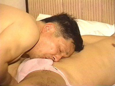 九州男児のリーマン父さんが出張先でチンポをシゴく!