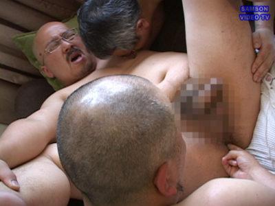 巨根現場監督氏が巨根の2人組に上の口と下の口を同時に犯される!
