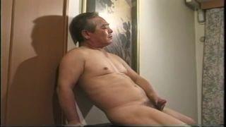 【無料ゲイ動画】重役熟年親父が全裸でオナニー、ラストは男の手コキでイク!