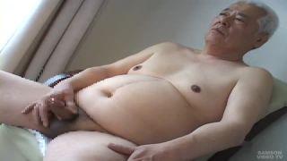 【無料ゲイ動画】白髪の熟年親父の全裸オナニー!