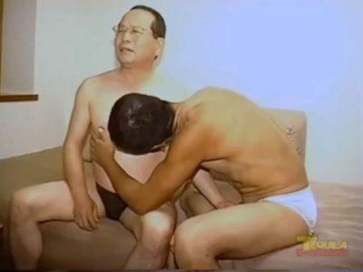 【無料ゲイ動画】重役熟年リーマンが超巨根親父にガン掘りされる!