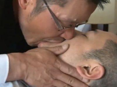 【中年親父リーマン動画】中年眼鏡リーマンが部下をエロ指導。男の味を享受!