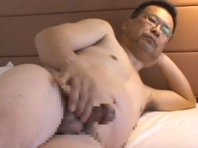 【親父エロ動画】でっかいマツタケ発見!カリのデカい眼鏡親父の全裸オナニー!