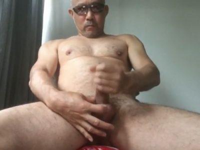 【中年動画】強面親父が全裸でオナニー!カッコいいです!