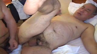 【無料ゲイ動画】熟年親父が太熊親父にケツを掘られる!