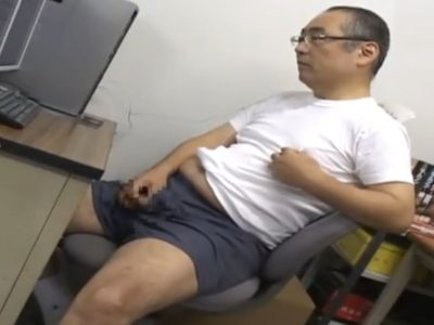 【無料ノンケ動画】眼鏡の熟年リーマンがオフィスでトランクスオナニー!