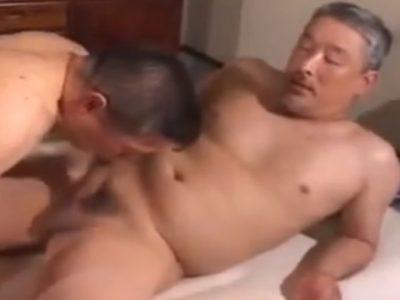 【熟年動画】二人のカッコいい熟年親父がお互いの勃起チンポをしゃぶり合い!