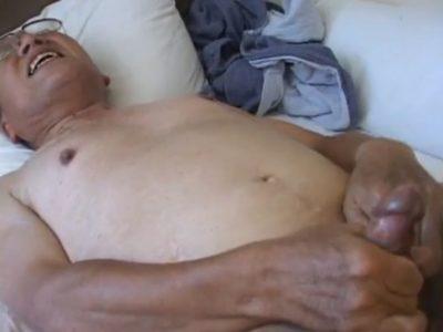【熟年エロ動画】熟年親父がケツをガン掘りされて完全勃起!