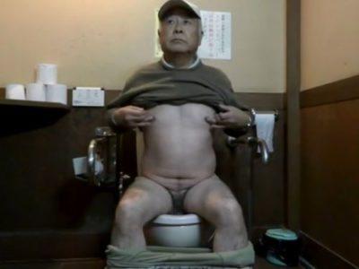 【熟年エロ動画】公衆トイレの個室でオナニーをしちゃいました!