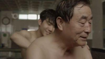 【親父動画】銭湯で親父の体を流す息子の姿。