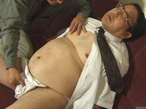 太っ腹父さんが短髪親父に誘われて本格的な男同士のセックスを初体験!