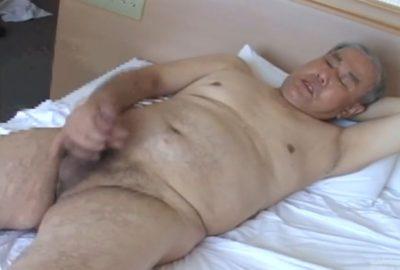 【熟年動画】熟年親父の全裸オナニー!若いころはカッコ良かったのだろうな。