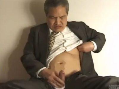 【熟年動画】熟年サラリーマンがスーツ姿でオナニーをスタート!