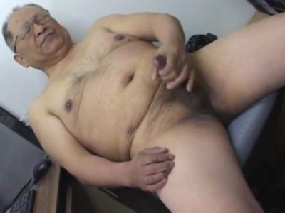 眼鏡を掛けた熟年親父が会社で裸になって巨根をシゴく!