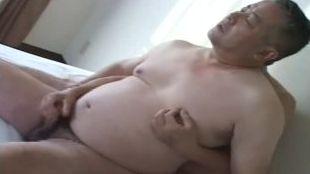 【無料親父動画】優しい感じの太め親父のでかいケツが男に犯される!