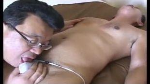 【無料親父動画】エロい下着姿の親父が淫乱にアナルセックスを始める!