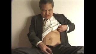 【無料熟年動画】スーツ姿でチンポをシゴく白髪交じりのサラリーマン
