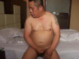 アジア系の熟年親父がホテルで全裸オナニー